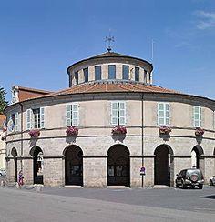 Ambert, cité papetière dans le Puy-de-Dôme Ambert, commune de 6.860 habitants, est située dans le Livradois (Puy-de-Dôme). Un village existait dès le Xe siècle et se développa autour d'un château doté d'un prieuré clunisien, d'un centre paroissial et d'un quartier marchand.  Pour aller plus loin : http://www.auvergne.fr/content/ambert-puy-de-dome