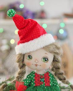 L'immagine può contenere: una o più persone e cappello Christmas Characters, Elf On The Shelf, Textiles, Dolls, Christmas Ornaments, Country, Holiday Decor, Baby Dolls, Rural Area