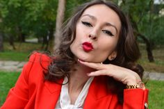 #redlips #redlipstick #girls #fashion http://www.stilettoandredlips.com/red-lips-happy-girls/
