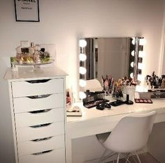 30 Clever Ways to Use Small Space for Dressing Table with mirror Teen Room Decor, Room Ideas Bedroom, Rooms Home Decor, Home Bedroom, Bedroom Decor, Bedrooms, Pretty Room, Aesthetic Room Decor, Dream Rooms
