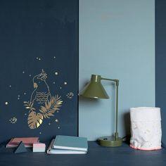 Deze prachtige gouden vogel muursticker van Mimilou geeft de baby- of kinderkamer een chique, exotische uitstraling.
