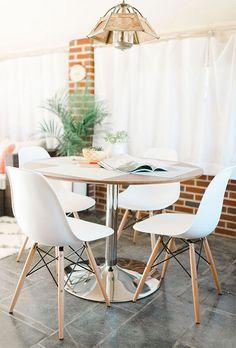 Quando te ensinamos sobre qual o melhor tipo de mesa para a sua casa, ensinamos que a mesa redonda é a melhor opção para ambientes pequenos. Elas dão mais movimento para o espaço e facilitam na hora de acomodar mais gente. Daí é só complementar com um bom pendente e cadeiras da sua preferência.