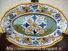 Decorazioni su piatti di portata di ceramica- Raffaellesco #Italy http://ceramicamia.blogspot.it/2013/03/decorazioni-su-piatti-di-portata-di.html