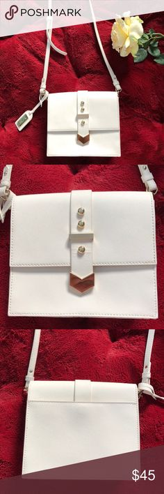 Purse Beautiful white purse💛 only used a few times!! Adjustable strap.. shortest length is about 20 1/2 in Badgley Mischka Bags Crossbody Bags