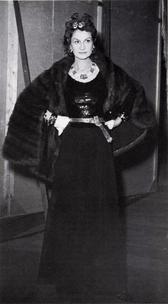 Coco Chanel would not look out of fashion today with her sequined top, crèpe georgette skirt and bangles, photo by Seeberger, 1938 1930s Fashion, Chanel Fashion, Moda Fashion, Vintage Fashion, Classic Fashion, Timeless Fashion, Fashion Trends, Estilo Coco Chanel, Gabrielle Bonheur Chanel