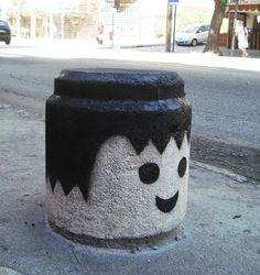 este cabeza dura,      con sonreír tiene suficiente para caer bien.               !    ')  -playmobil street art- _______________________  this numbskull just smiles and everybody likes him