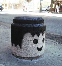 este cabeza dura, con sonreír tiene suficiente para caer bien. ! ') -playmobil street art- _______________________ this numbskull just smiles and everybody likes him