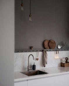 "Gefällt 457 Mal, 42 Kommentare - Jeanette Forselius (@huset1919) auf Instagram: ""Den här bilden tog jag innan jag bestämde mig för att göra om lite.."" Rustic Kitchen, New Kitchen, Kitchen Decor, Kitchen Grey, Stylish Kitchen, Kitchen Small, Kitchen Dining, Kitchen Colors, Kitchen Backsplash"