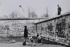 Mario Dondero, Due giorni prima della caduta del muro di Berlino, 1989   www.lajetee.it