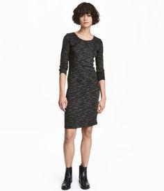 Negro jaspeado. CONSCIOUS. Vestido entallado en punto de canalé de algodón orgánico con efecto jaspeado. Modelo con cuello redondo y mangas tres cuartos.