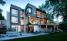 Современный трехэтажный дом с видом на реку