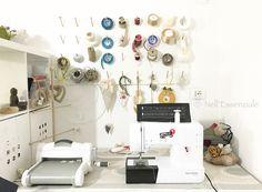 Vi presento un angolo della mia #craftroom con la mia #bernet, inseparabile compagna di #cucito! @sharminlatifa