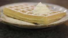 Eén - Dagelijkse kost - Brusselse wafels  ingrediënten het wafelbeslag: (voor minimum 12 wafels) 225 g zelfrijzende bloem 1 1⁄2 eieren 75 g gesmolten boter 187 1⁄2 g melk 187 1⁄2 g lauw water 10 g verse gist een snuifje zout