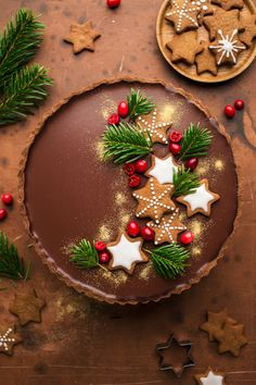 · 14 comentarios · 70 minutos · Rinde para 1 · Gingerbread amaretto chocolate tart is a beautful dessert that will knock your guests' socks off. Fragrant gingerbread base contrasts beautifully with creamy chocolate and amaretto ganache. Can be GF… Best Christmas Desserts, Xmas Food, Christmas Cooking, Christmas Treats, Holiday Recipes, Christmas Parties, Christmas Cakes, Christmas Foods, Christmas Holidays