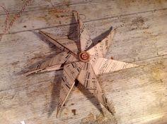Kerstster gemaakt van muziekpapier, distress inkt voor de randen en oude bingosteentjes voor de afwerking