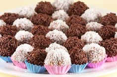 Brigadeiro, a popular chocolate treat. You can find brigadeiros at most Brazilian parties and thanks to this brigadeiro recipe, now in your home too! Chocolate Caramels, Chocolate Treats, Chocolate Truffles, Chocolate Sprinkles, Like Chocolate, Decadent Chocolate, Dog Food Recipes, Dessert Recipes, Desserts