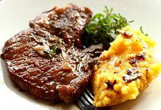 Cotlete de porc in sos de vin rosu - retete culinare mancare. Cotlete de porc reteta. Reteta carne de porc cu sos. Reteta friptura cu sos.