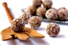 Kokosové koule  Tyto malé kuličky jsou tak návykové, že doporučujeme udělat minimálně dvounásobnou dávku. V opačném případě byste mohli kuličky přidělávat ještě na Štědrý den ráno.    40 g změklého másla    1 bílek    50 g strouhaného kokosu    + na obalení    30 g kakaa    120 moučkového cukru    Všechny přísady spolu promícháme, až vznikne velmi nevzhledná hnědá hmota. Z té pak pomocí dlaní vyválíme malé kuličky. Kuličky následně obalujeme v kokosu a dáme vychladit. Můžeme ujídat.