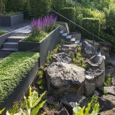 Symbiose von Stein, Pflanze und Metall: moderner Garten von GartenLandschaft Berg & Co. GmbH