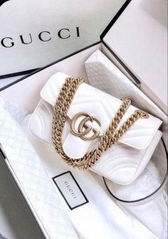 Bags Tas Bag Gucci White Wit Gold Fashion Haute Couture Designer Brand Merk Handtas Handbag Inspiration More on Fashionchick Pink Gucci Purse, Vintage Gucci Purse, Gucci Purses, Gucci Handbags, Luxury Handbags, Fashion Handbags, Fashion Bags, Gold Fashion, Cheap Handbags