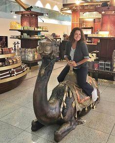 Hello Emirados Árabes cheguei! Depois de 14hs de voo pela @emirates desembarco no Aeroporto de Dubai para pegar minha conexão para Bangcoc.  Claro que deu tempo de dar uma paradinha para uma foto mico no aeroporto com o maior tráfego de passageiros do mundo. E ainda é todo lindo com várias opções de salas VIPs e Ainda um hotel 5 estrelas!  Bem curiosa pra na volta desbravar a  icônica cidade do Oriente Médio.  Corre lá no stories pra ver a imensidão do DXB. Já vou entrar no próximo avião e…