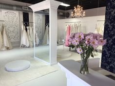 Excellent Photos Bridal Boutique layout Style The challenging conscious what you may anticipate the land go to a wedding dress boutique. Bridal Boutique Interior, Boutique Interior Design, Boutique Decor, Rental Wedding Dresses, Wedding Dress Boutiques, Design Studio Office, Bridal Stores, Shop Layout, Bridal Salon