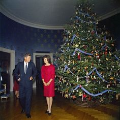 36 Stunning Color Photos Of The Kennedy White House White House Christmas Tree, Christmas Past, Vintage Christmas, Les Kennedy, Jackie Kennedy, Jaqueline Kennedy, Familia Kennedy, Jfk, Lady