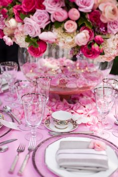 Pretty in pink table decor Romantic Wedding Receptions, Wedding Events, Pink Table, A Table, Centerpiece Christmas, Vases, Come Dine With Me, Table Setting Inspiration, Beautiful Table Settings