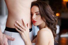 Faire du bruit, le regarder dans les yeux, le bon rythme à avoir... Tracey Cox, sexologue anglaise révèle sur son blog les 5 petits trucs à connaître pour rendre complètement fou un homme pendant une fellation.