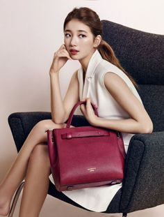 'Suzy' and clothing brand Bean Pole Accessories released this year's FW collection. The picture collection shows 'Suzy' in various spring looks, clutching matching bags. Miss A Suzy, Bae Suzy, Korean Star, Fashion Poses, Korean Celebrities, Celebs, Korean Model, Korean Actresses, Korean Beauty