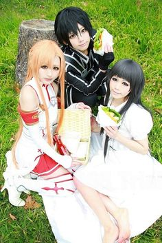 Sword art online cosplay, kirito asuna yui! AWESOMEEEEEEEE! Now I need a boyfriend and a daughter....My Asuna cosplay requires a lot more than first expected!  >3