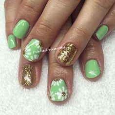 Polished Pinkies Utah: spring mint green with white daisies and a gold glitter accent nail. Perfect for a fresh new spring nail design. Mix up the colors for fun throughout spring or summer! Spring nail art, flower nail art, daisy nail art, cute nails, shellac, gel polish, gel nail art designs.