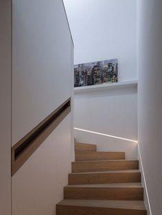 Corrimão da escada embutido na parede