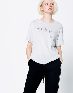 5.99€ CAMISETA TEXTO TIRED - T-SHIRTS - WOMAN - PULL&BEAR Estonia