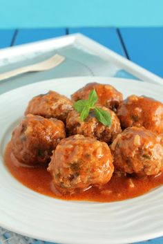 Greek Meatballs with Rice in Tomato Sauce - Γιουβαρλάκια κοκκινιστά της μαμάς - The one with all the tastes South African Recipes, Ethnic Recipes, Greek Meze, Middle East Food, Greek Cooking, Greek Recipes, Different Recipes, Main Meals, No Cook Meals