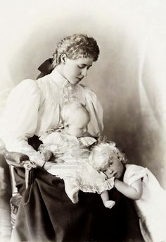 Crown Princess Marie of Romania (born Princess Marie of Saxen-Coburg and Gotha) with her two oldest children Carol and Elisabeth. Missy with her oldest darlings Princess Alexandra, Princess Elizabeth, Princess Victoria, Queen Victoria, Casa Real, Romanian Royal Family, Prince Héritier, Cultura General, German Women