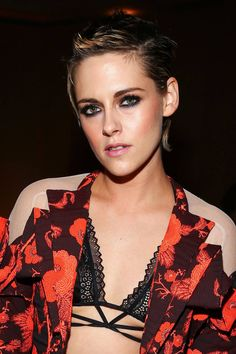 Kristen Stewart arrives at ELLE's Annual Women in Hollywood Celebration at Four Seasons Hotel Los Angeles at Beverly Hills on October 2017 in Los Kristen Stewart Hair, Kristen Stewart Movies, Kirsten Stewart, John Stewart, Bella Swan, Celebrity Pictures, Celebrity Style, Mtv, Sils Maria