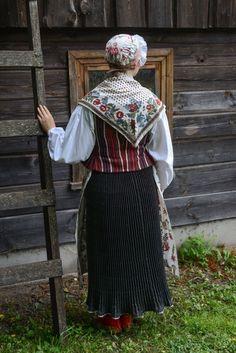 Eesti Rahvarõivad > Ruhnu naine