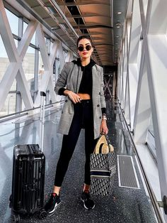 I Travel Around 20 Times a Year: These Are the Best and Worst Things to Packvia Who What Wear You are in the right place about Airport Outfit hat Here we offer you the most beautiful pictures about th Neue Outfits, Style Outfits, Winter Outfits, Casual Outfits, Outfits For Paris, Casual Travel Outfit, Cute Travel Outfits, Winter Travel Outfit, Vacation Outfits