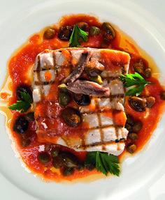 Dit heerlijke Italiaanse recept voor pesce spada alla puttanesca (zwaardvis met pittige saus) komt uit het prachtige boekPure Italiaanse keuken. De term 'puttanesca' wordt meestal gebruikt voor een Napolitaanse pastaschotel (volgens sommige versies afkomstig van het eiland Ischia). Deze vis kan dus geserveerd worden met penne of spaghetti. Maar ook met brood of crostini smaakt … Italian Dishes, Italian Recipes, Fish Recipes, Baking Recipes, Fish Dishes, Fish And Seafood, Ratatouille, Vegetable Pizza, Food And Drink