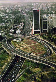 Panorámica de la glorieta de la Fuente de Petroleos, ubicada en el cruce de la Avenida Paseo de la Reforma y Boulevard Manuel Avila Camacho. Foto tomada en 1978.