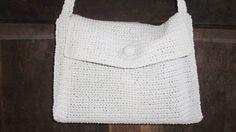 Bolsa simples em tamanho pequeno, botão revestido em crochê para fechamento. Cor: Branca. R$ 80,00
