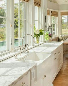 Love the windows in the kitchen and this sink. Ugh dream