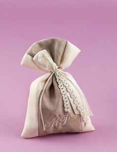 www.mpomponieres.gr Μπομπονιέρα Πουγκί Δίχρωμο με Κεντημένα Μονογράμματα Wedding Favors, Dress Shoes, Elegant, Sewing, Knitting, Unique, Crafts, Packaging, Beautiful