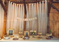 Cortina de tules Fugindo um pouco do padrão de mesa lotada de mini doces, você pode decorar a sua com amêndoas, balas, cupcakes, mini bolos, mini tortinhas e o que mais gostar.