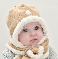 The most comfortable hat with muffler for your baby. Soft and warm in fleece with sherpa fleece. lodger.com, more colors available, here in color Sand
