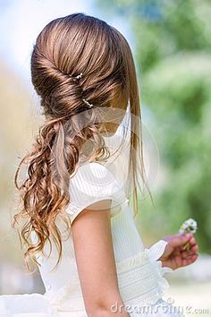 Détail de la coiffure de la communion de la fille.