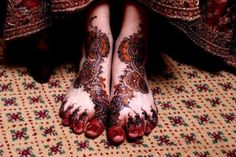 Looking for awesome Arabic mehndi designs for feet with stones? Learn how stones are used carefully over mehndi, henna designs to give an embellishment look Pakistani Mehndi Designs, Dulhan Mehndi Designs, Mehandi Designs, Mehendi, Black Mehndi Designs, Arabic Bridal Mehndi Designs, Legs Mehndi Design, Mehndi Designs For Girls, Unique Mehndi Designs