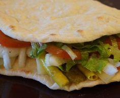 Piadina >masa >       200 gr. de harina     130 ml. de agua     8 gr. de levadura fresca     2 cucharadas de aceite de oliva     1 pellizco de sal