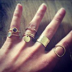 Composition de bagues en plaqué or à empiler - l'Atelier d'Amaya #bijoux #or #bagues